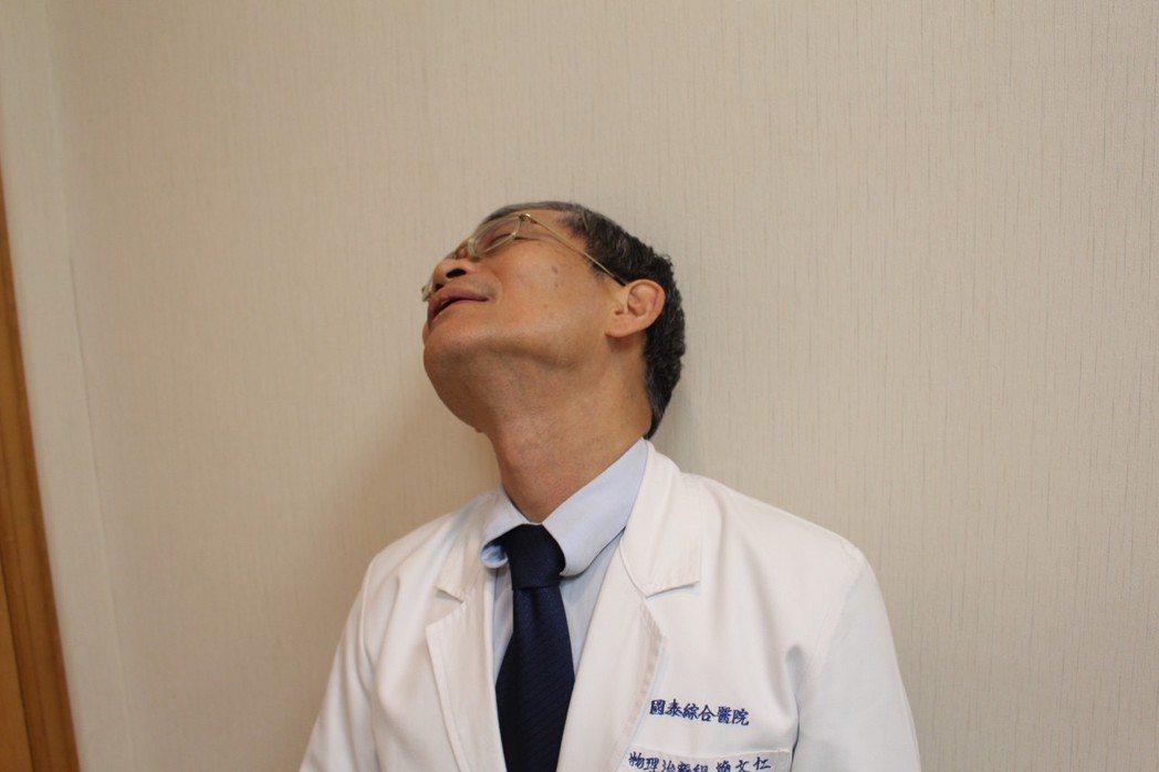 含羞草療法「仰」,患者慢慢「仰」向痛點反方向,當仰到某角度會痛,便停頓10至20...