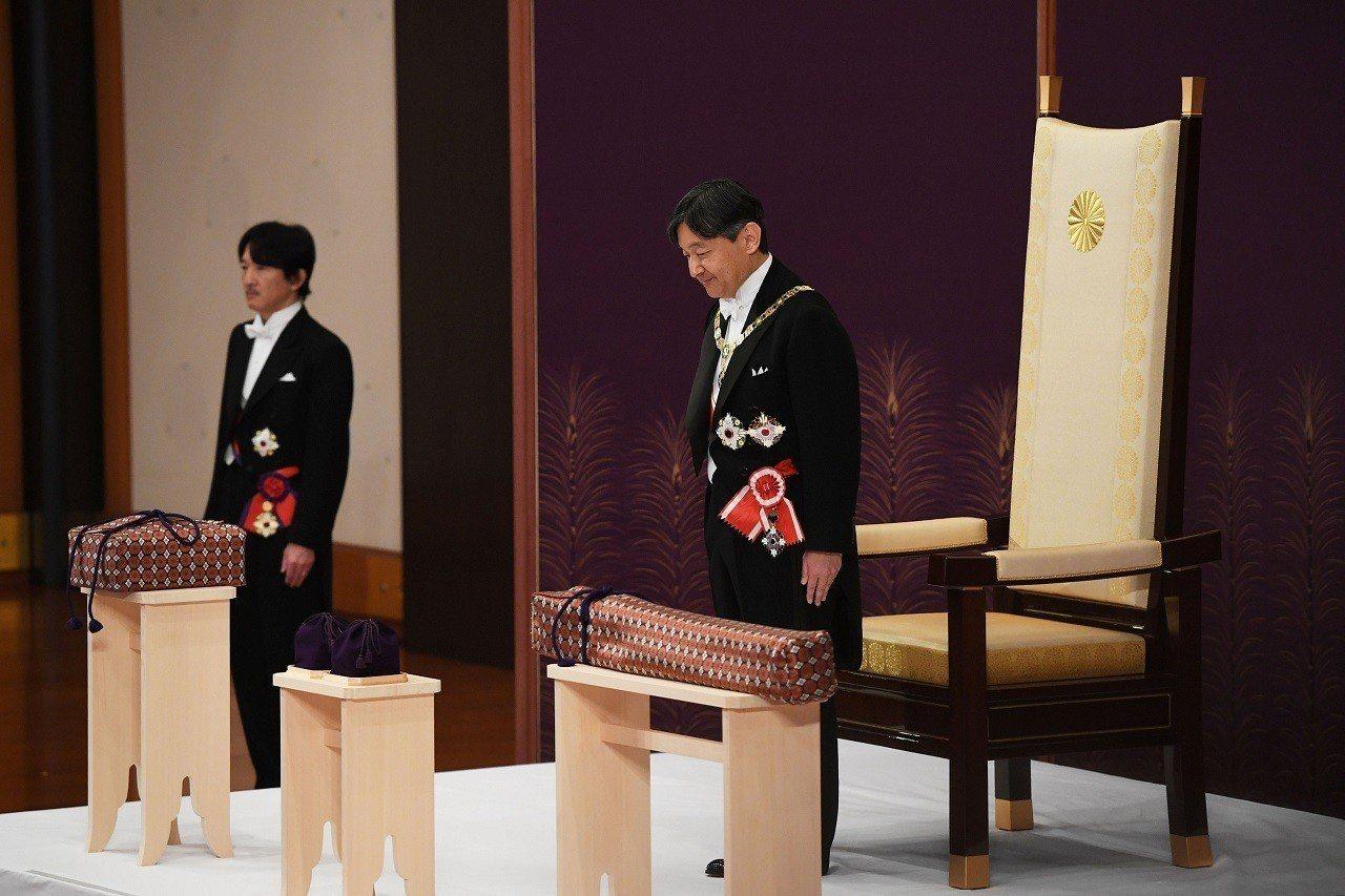 日本1日上午舉行新天皇「即位之禮」的第一場儀式「劍璽等承繼之儀」,皇太子德仁親王...