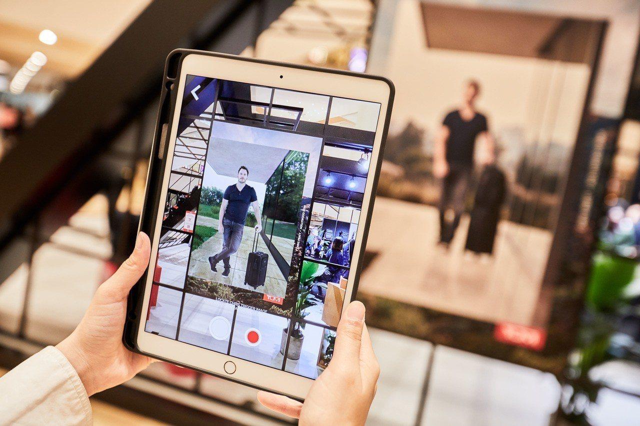 逛街的消費者能在互動體驗快閃店TUMI Loft,透過擴增實境的技術,還能跟品牌...