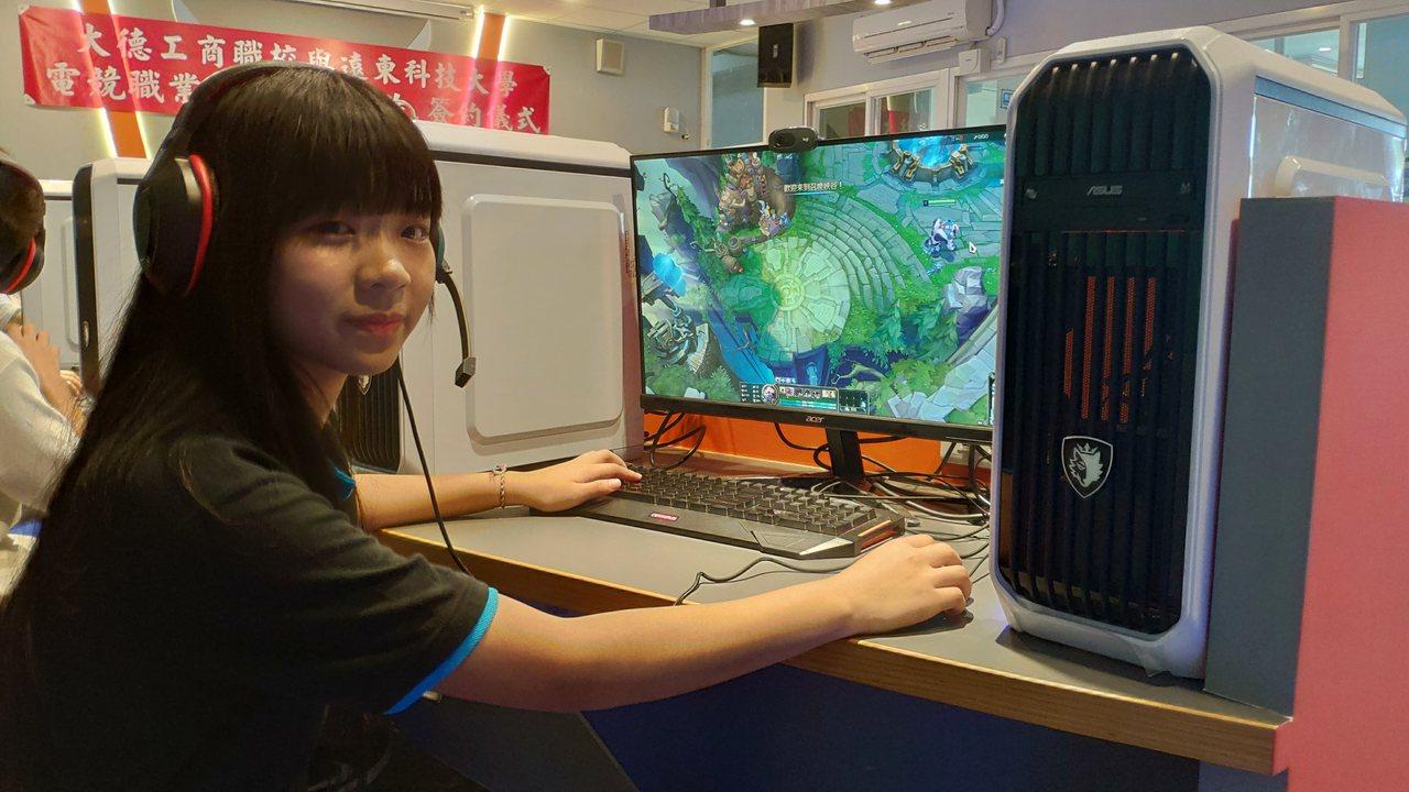 電玩女性玩家逐漸攀升,圖為陳姓高二同學,是學校電腦遊戲電競戰隊的唯一女成員,為了...