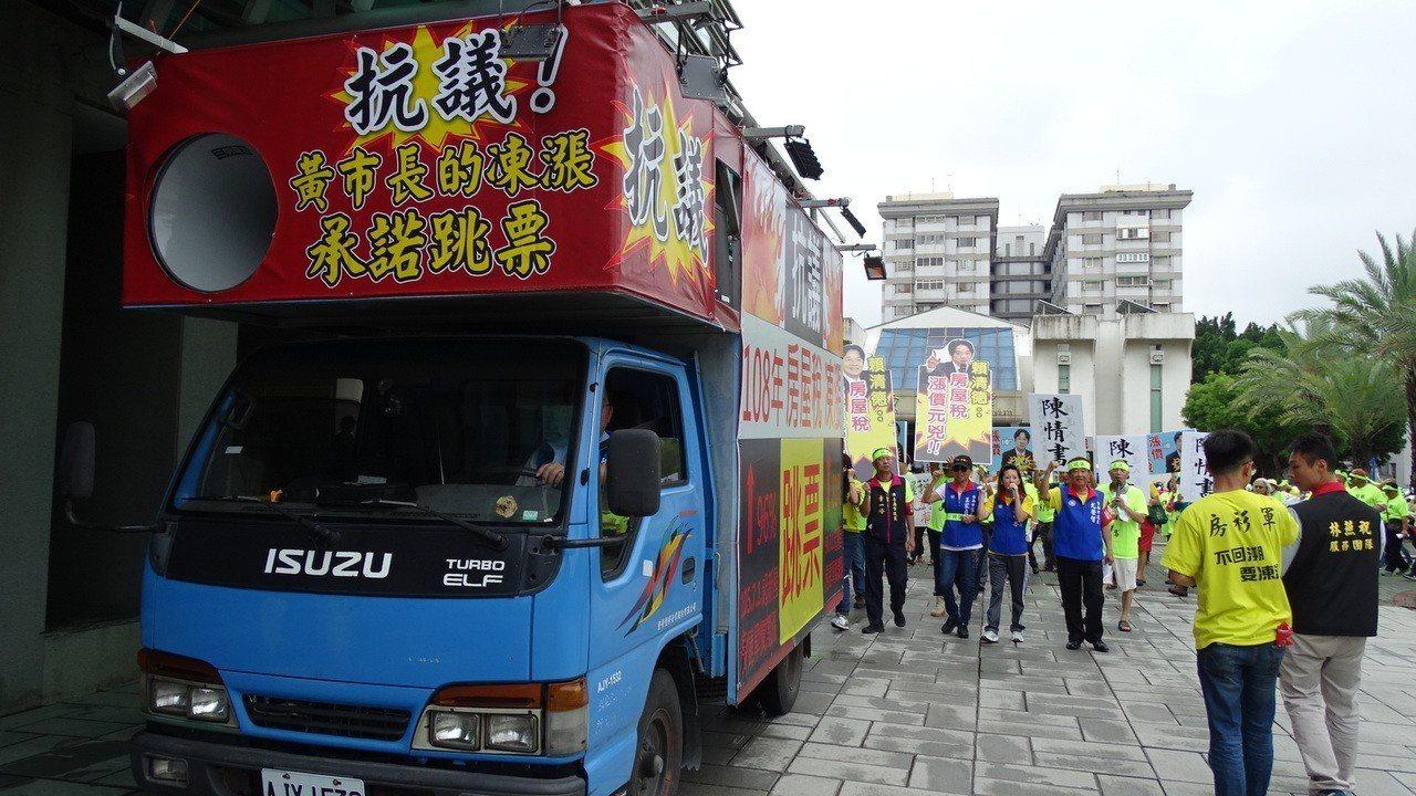 上百名鄉親包圍台南市政府新營民治中心。記者謝進盛/攝影