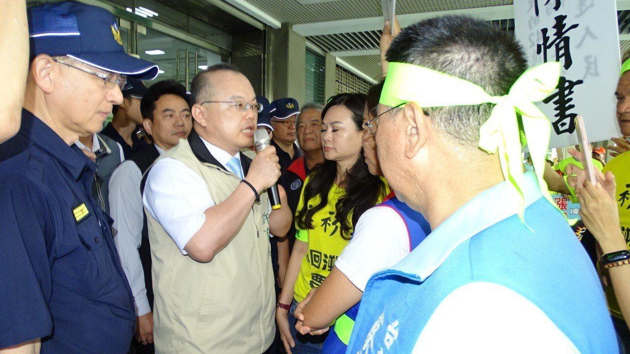 台南市副市長許育典(中)出面接下陳情書,同時說明市府立場。記者謝進盛/攝影