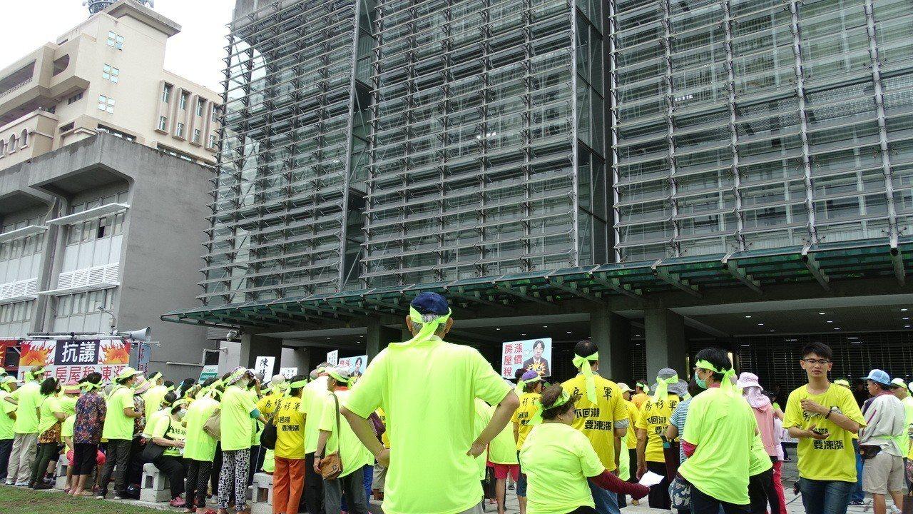 100多名鄉親包圍台南市政府新營民治中心。記者謝進盛/攝影