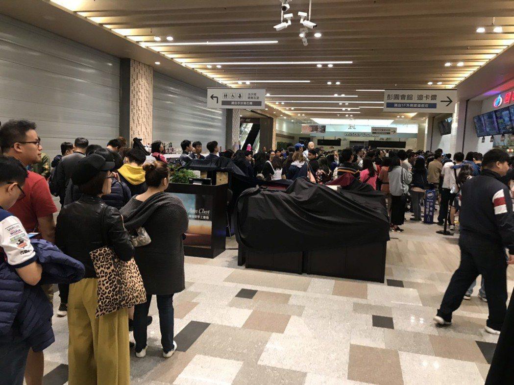 桃園廣豐新天地國賓影城今日上午也湧入大量人潮,幾乎七成以上民眾都是看《復仇者聯盟...