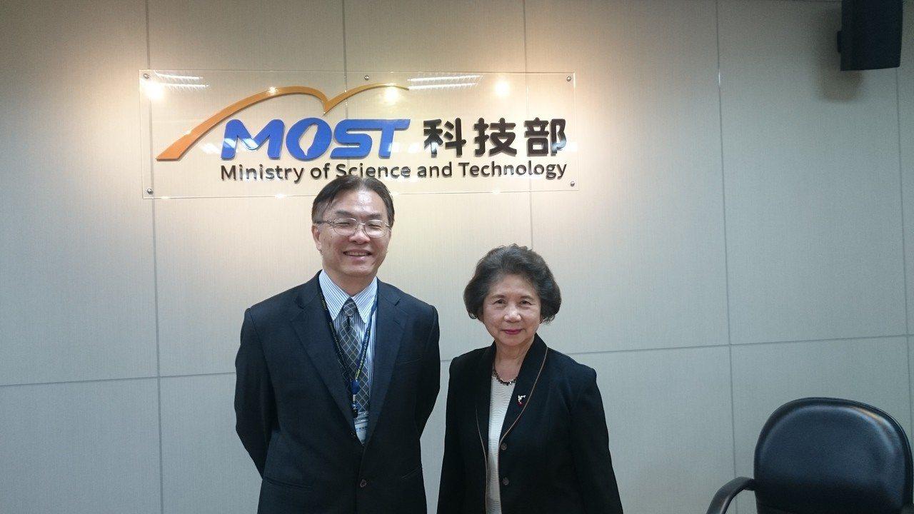 陳鈴津(右)是世界第一個以醣質進行癌症免疫療法的醫學科學家。記者潘乃欣/攝影