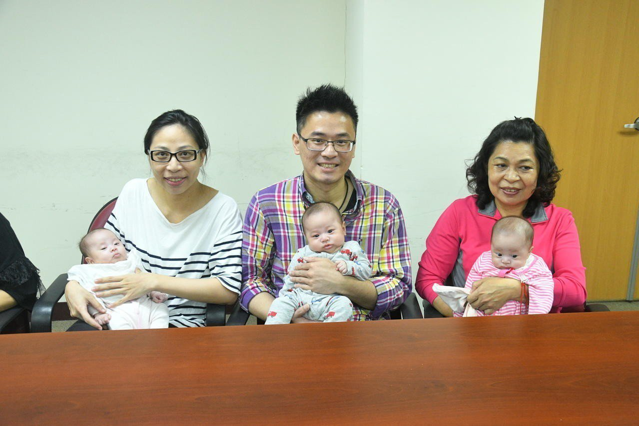 新竹38歲馮女士成功懷了3胞胎,日前於35週剖腹產下哥哥及同卵雙胞胎的妹妹。記者...