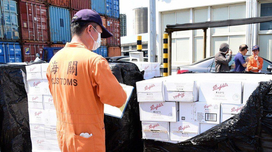 海關查緝走私貨物。 本報資料照