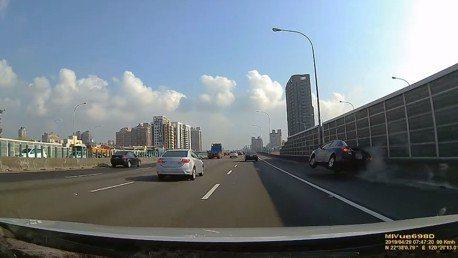 影/「神車」上國道互不禮讓 警:右車該讓左車