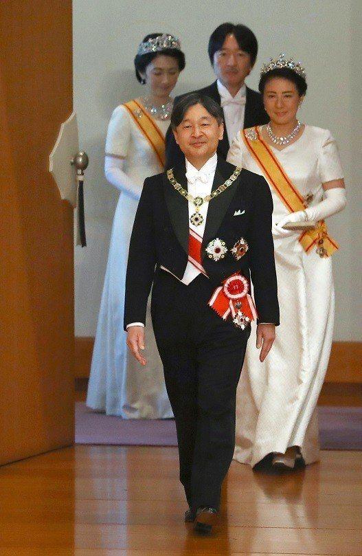 日本新天皇德仁1日步入東京皇居正殿「松之間」,舉行「即位之禮」第二場儀式「即位後...