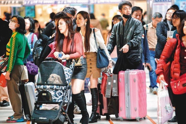 行政院長蘇貞昌日前宣布,明年農曆年起春節連假最少7天。人事行政總處今天表示,明年...