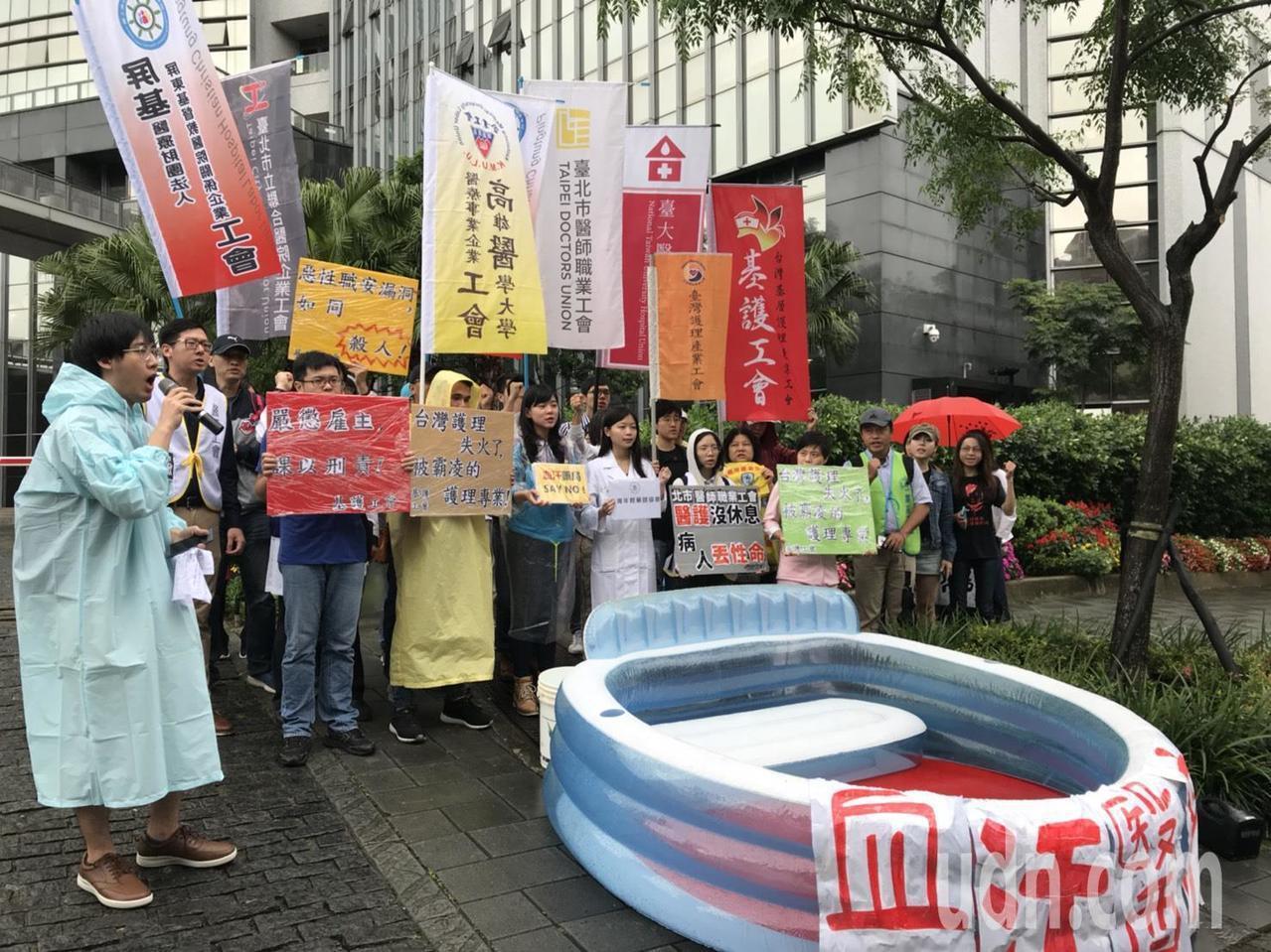 多個醫師、護理師工會今齊聚衛福部前抗議血汗勞動。記者簡浩正/攝影