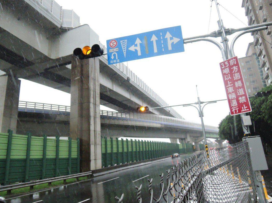八德路設置引導至迴轉道標誌。圖/新北市交通局提供