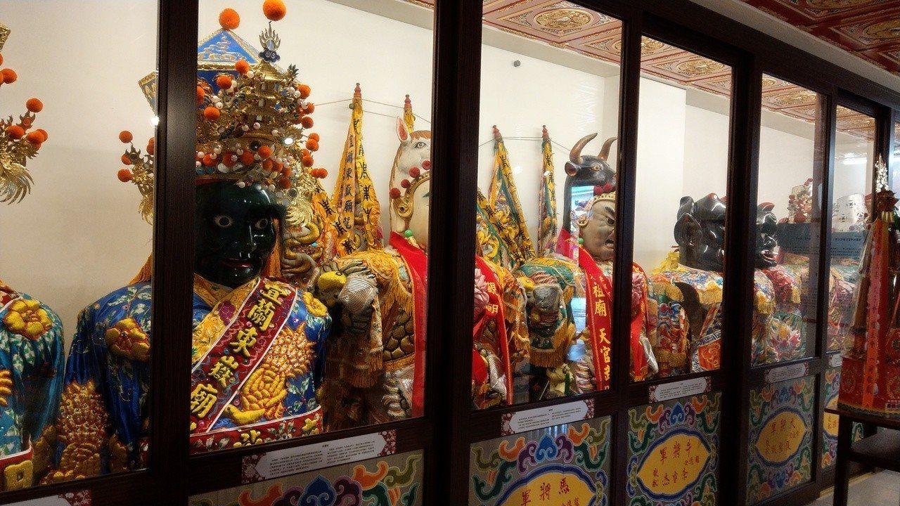 全台最具規模百年神轎神將在宜蘭市東嶽廟展出,Q版的七爺八爺創意公仔可愛度爆表。記...