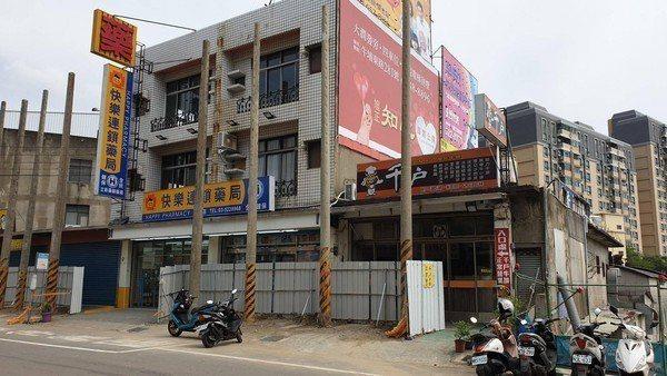 新竹市香山區的一處民宅因土地買賣談不攏,一樓店門口外被立了8支電線桿。圖/翻攝自...