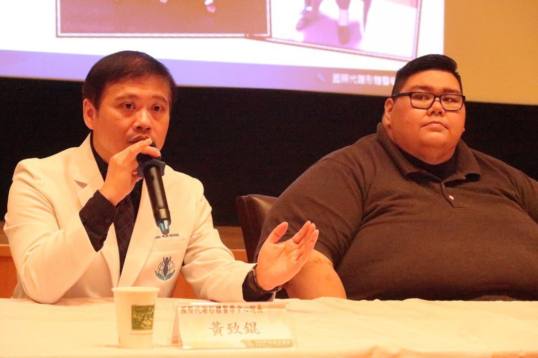關島32歲男子賈書亞(右)體重282公斤,感謝醫師黃致錕及醫療團隊為他進行減重代...
