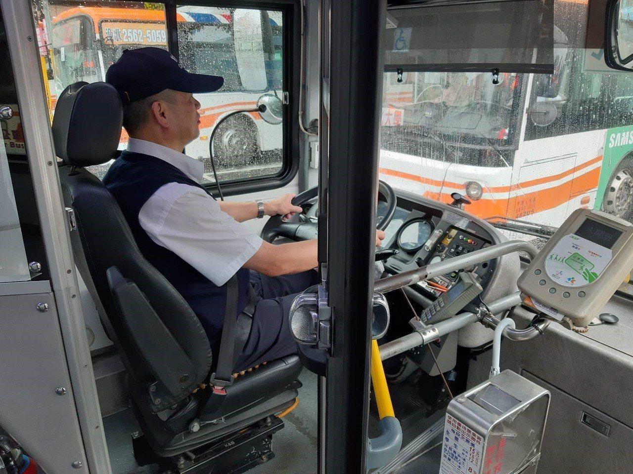 56歲的葉姓駕駛在首都客運服務2年多,當時情殺案後,該名駕駛發現,一名上車的乘客...
