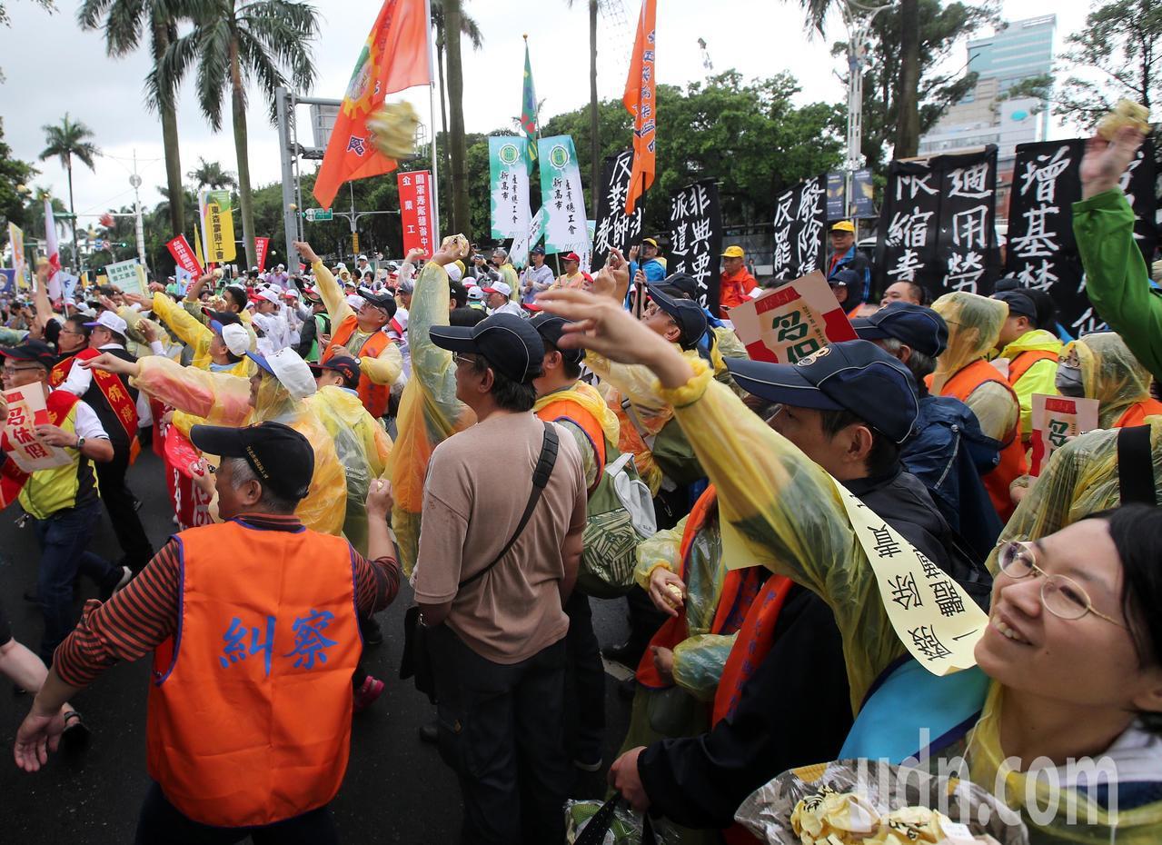 遊行勞工向立院丟投擲訴求紙團。記者林澔一/攝影