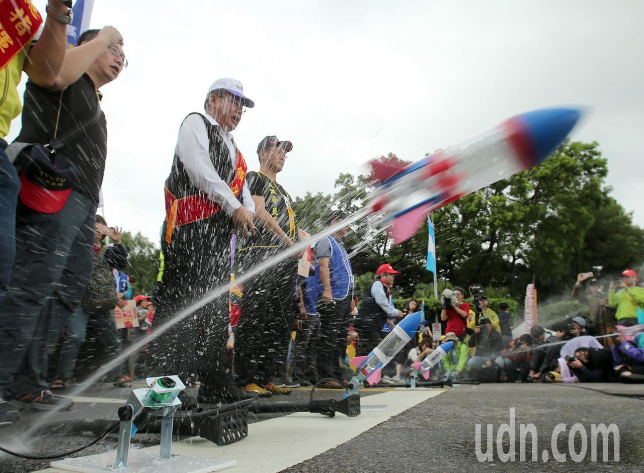 遊行群眾朝總統府發射水火箭。記者林澔一/攝影
