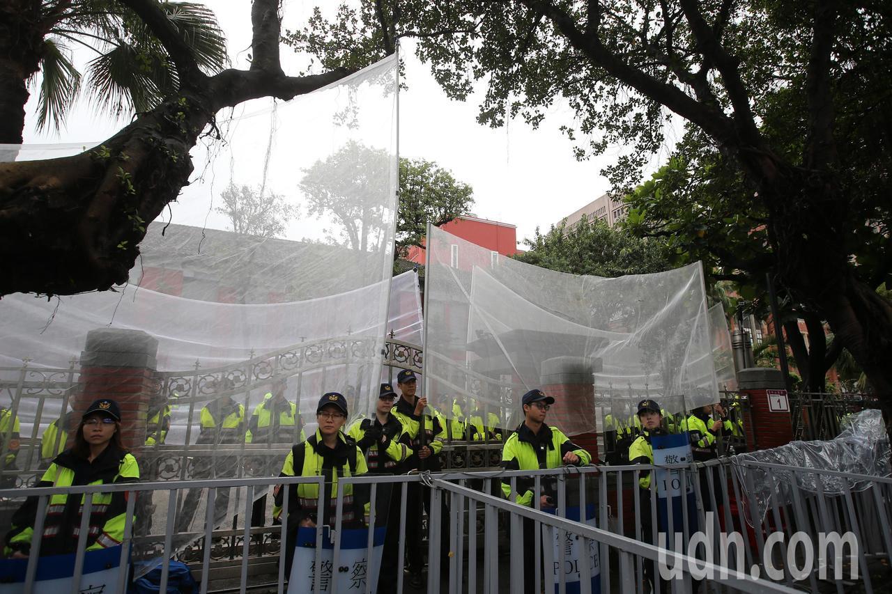 立法院前拉起防護網,避免遊行群眾投擲物品到院內。記者林澔一/攝影
