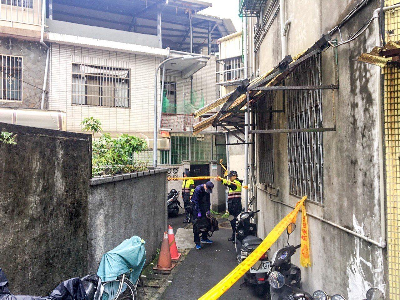 台北市士林區下樹林街一處公寓屋主蕭姓老夫妻,今天早上被兒子發現陳屍家中。記者蔡翼...
