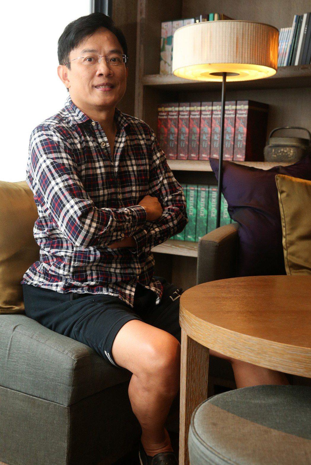 彭文正原本穿著皺POLO衫出來拍照,記者要求下,他回家換了另一件襯衫出來,但下半...