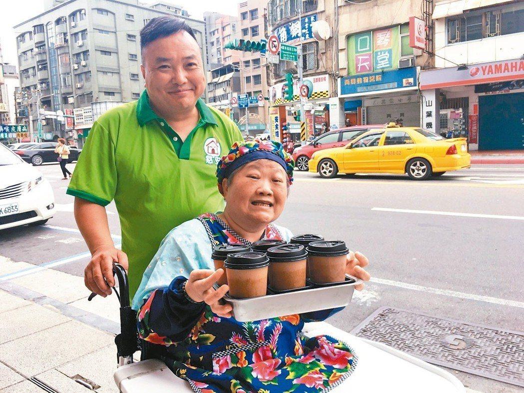 阿嬤要求服務員推著輪椅帶她主動出擊,「外送」咖啡到附近的派出所、花市及店家等。...