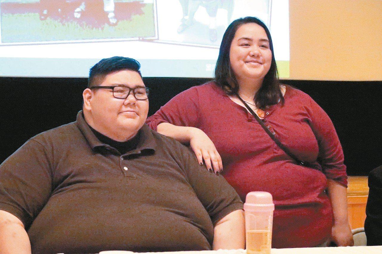 關島男子賈書亞(左)來台灣進行減重代謝手術,妹妹在旁支持鼓勵。 記者徐如宜/攝影
