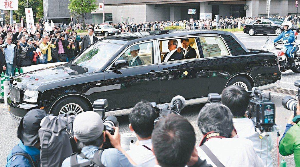 甫即位的日皇德仁座車從半藏門駛入皇居,當時所乘坐的車款為專為皇家打造的Toyot...