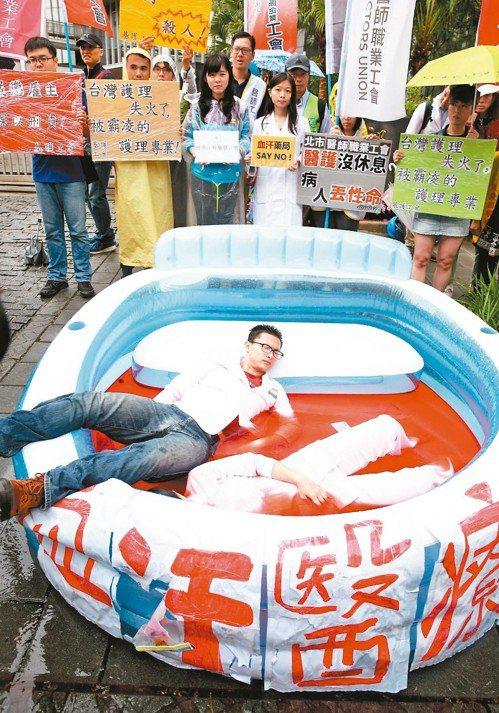 五一醫護大隊昨到衛福部陳情,並演出「墜落血汗的白衣天使」行動劇,象徵醫護人員身受...
