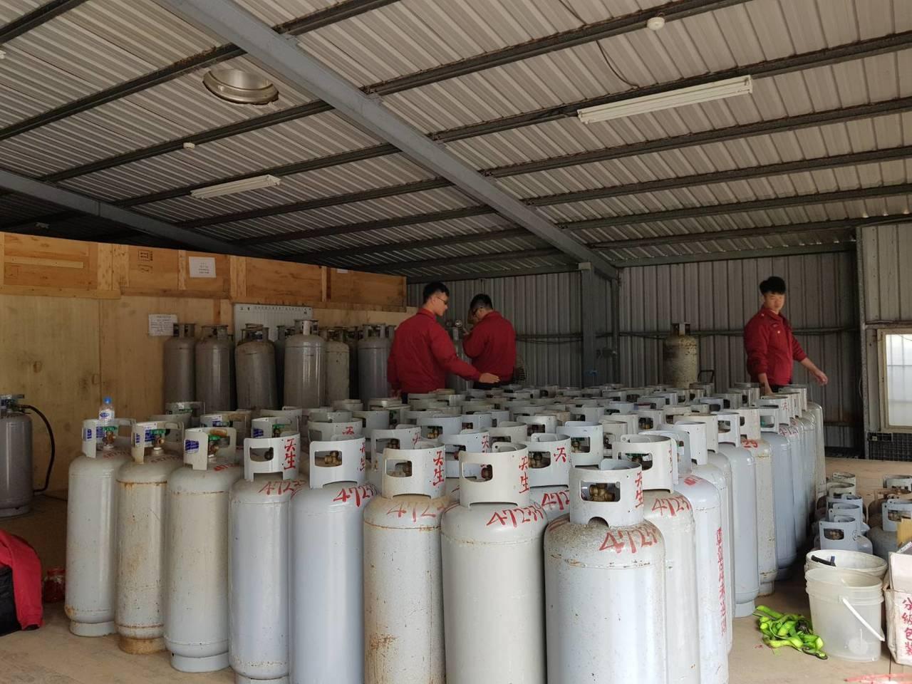 桶裝瓦斯價格四月可能持續調漲。 圖/桃園市消防局第二大隊提供