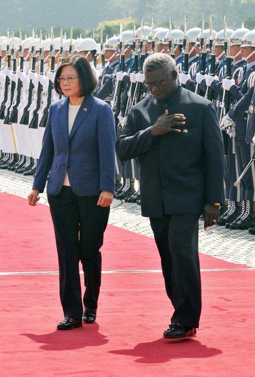蔡英文總統(左)2017年9月在國家表演藝術中心兩廳院藝文廣場,以軍禮歡迎當時的...