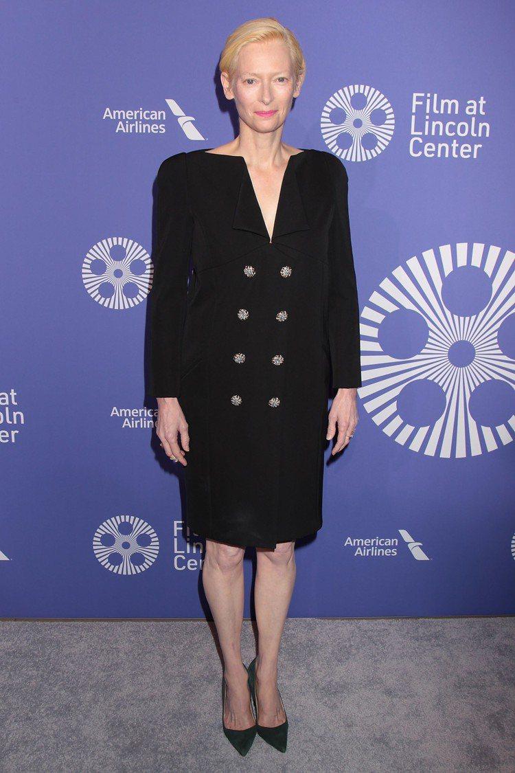 蒂妲史雲頓身穿香奈兒2019春夏高級訂製服一襲黑色洋裝,反摺衣領非常特別。圖/達...