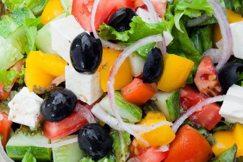 去脂沙拉和低脂酸奶真的如同他們標籤上寫的健康嗎?專家指出,這些可能都是謬論。 示意圖/ingimage