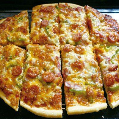 加了大量乳酪絲的披薩,冷了也愈嚼愈香。圖/太陽臉