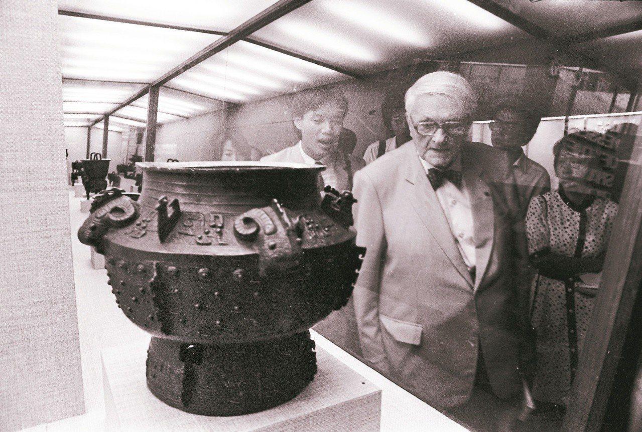 1984年9月,英國皇家科學院院士李約瑟博士應邀來台,17日赴故宮博物院觀賞文物...