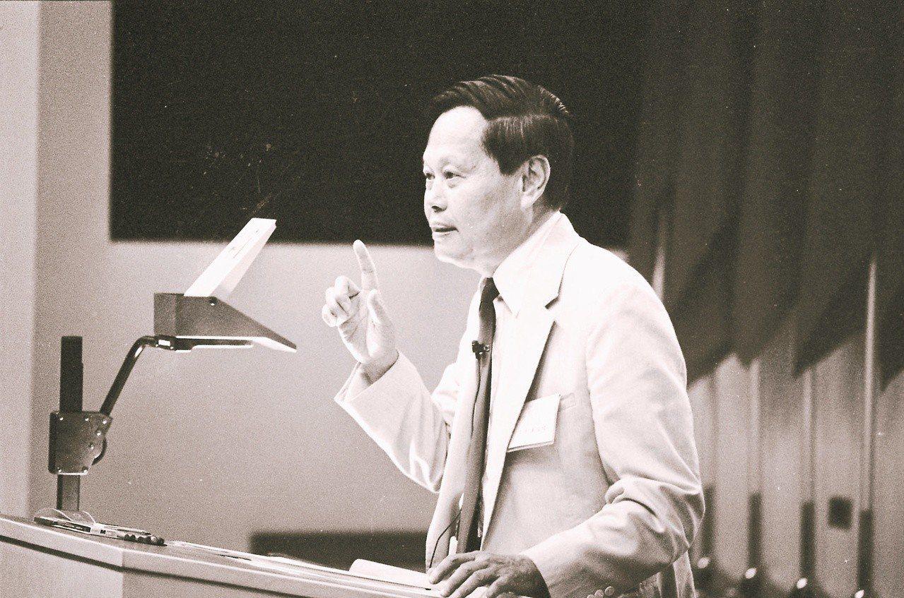 1986年7月29日,諾貝爾物理獎得主楊振寧在中央研究院生物醫學大樓公開演講。 ...