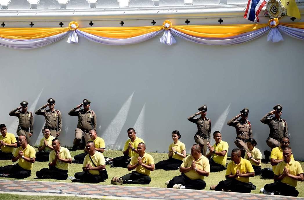 效忠軍方及王室的「鄉村保皇軍」,上月28日參加典禮預演。(法新社)