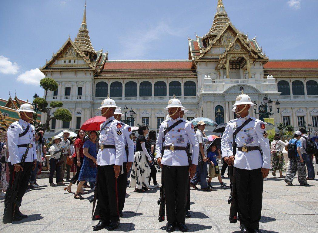 泰國皇家衛隊1日在曼谷大皇宮交班,吸引遊客圍觀。泰王加冕及登基大典4日至6日將在...