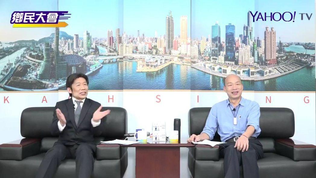 高市長韓國瑜(右)昨在網路節目上接受郭子乾扮演的「賴青德」(左)直播專訪。記者蔡...