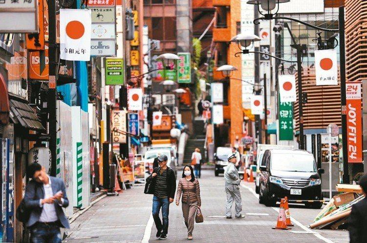 日本昨天進入新年號「令和」,象徵新時代開啟。 路透