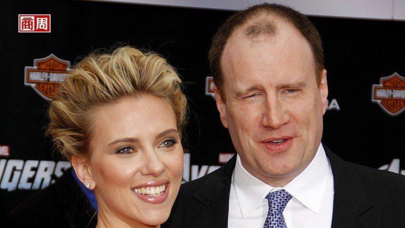漫威影業總裁費吉(右)與在電影中飾演「黑寡婦」的史嘉蕾·喬韓森(左)。 來源/D...