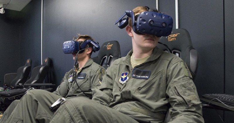 美國空軍採用HTC VIVE Pro裝置加速培育飛行員。圖擷自Sean Worrell/Air Forcce