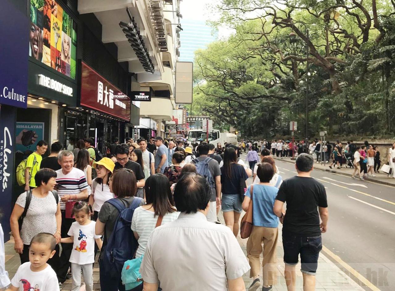 香港住宿費用高昂,故選擇即日來回,打算在港購物及觀光後下榻深圳酒店。 中國新聞社