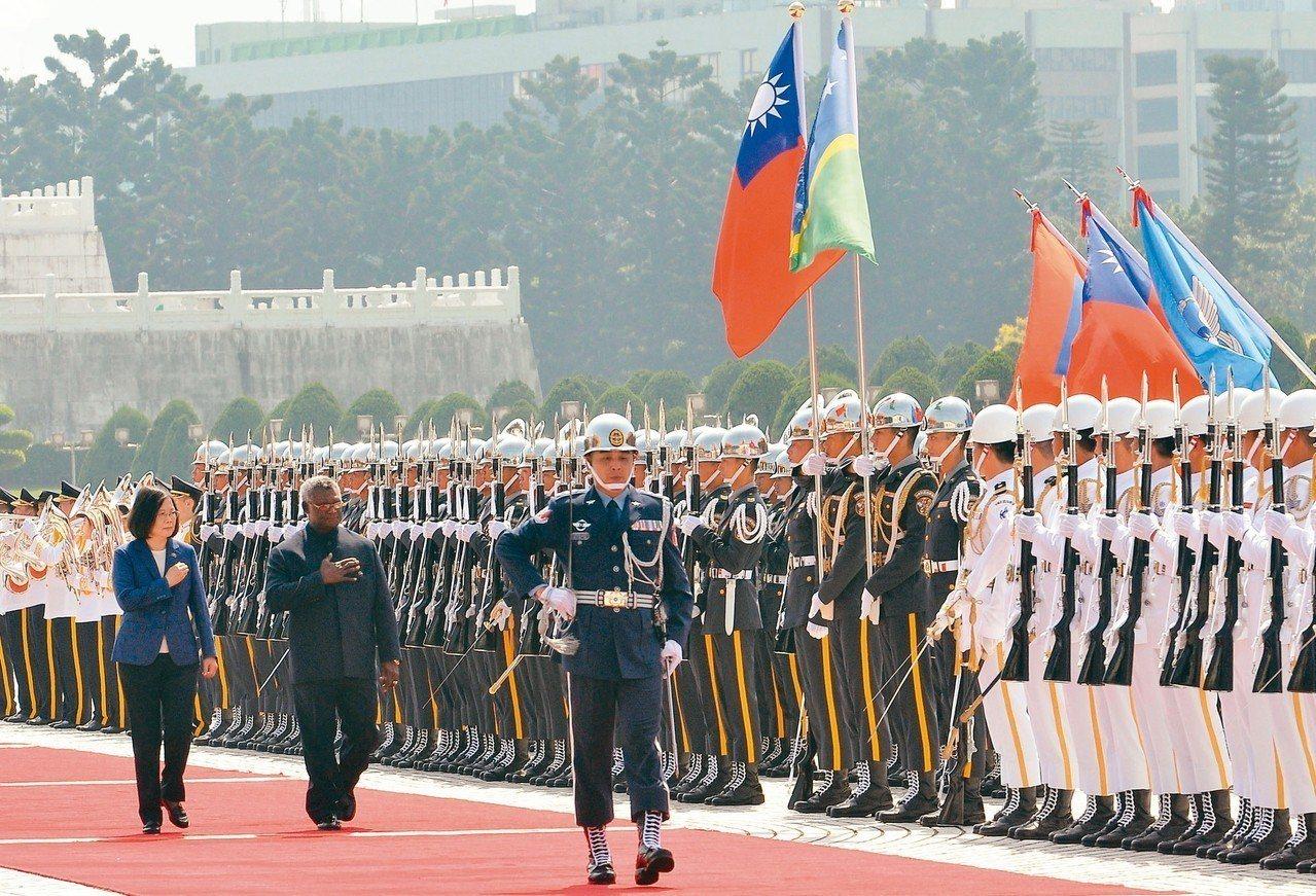 前年9月,索羅門群島總理蘇嘉瓦瑞(左二)訪台,蔡英文總統(左一)以軍禮歡迎。 圖...
