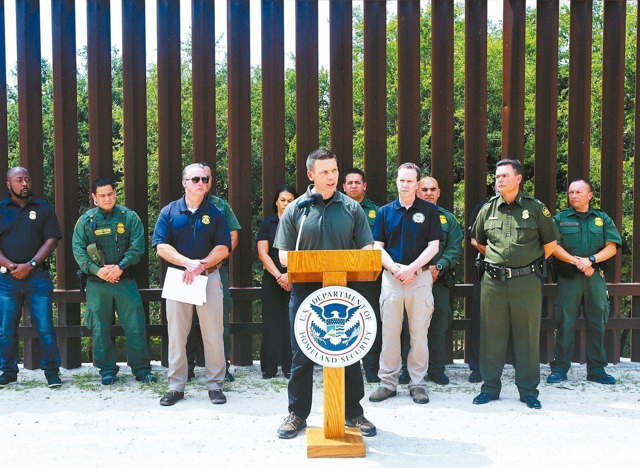 美國代理國安部長麥卡利南(中)上月巡視德州邊牆,表示無證移民闖關日趨嚴重。 美聯...