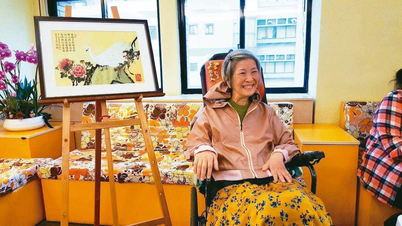62歲漸凍人林月姑,經北醫附醫安寧團隊的照護下,為她舉辦個人畫展。 記者簡浩正/...