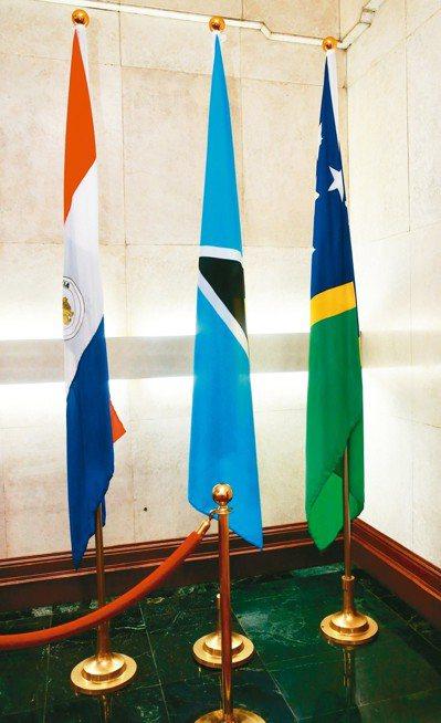 外媒報導,中國正積極挖角索羅門群島,而蘇嘉瓦瑞也表示正考慮改和中國建交。圖右一為...