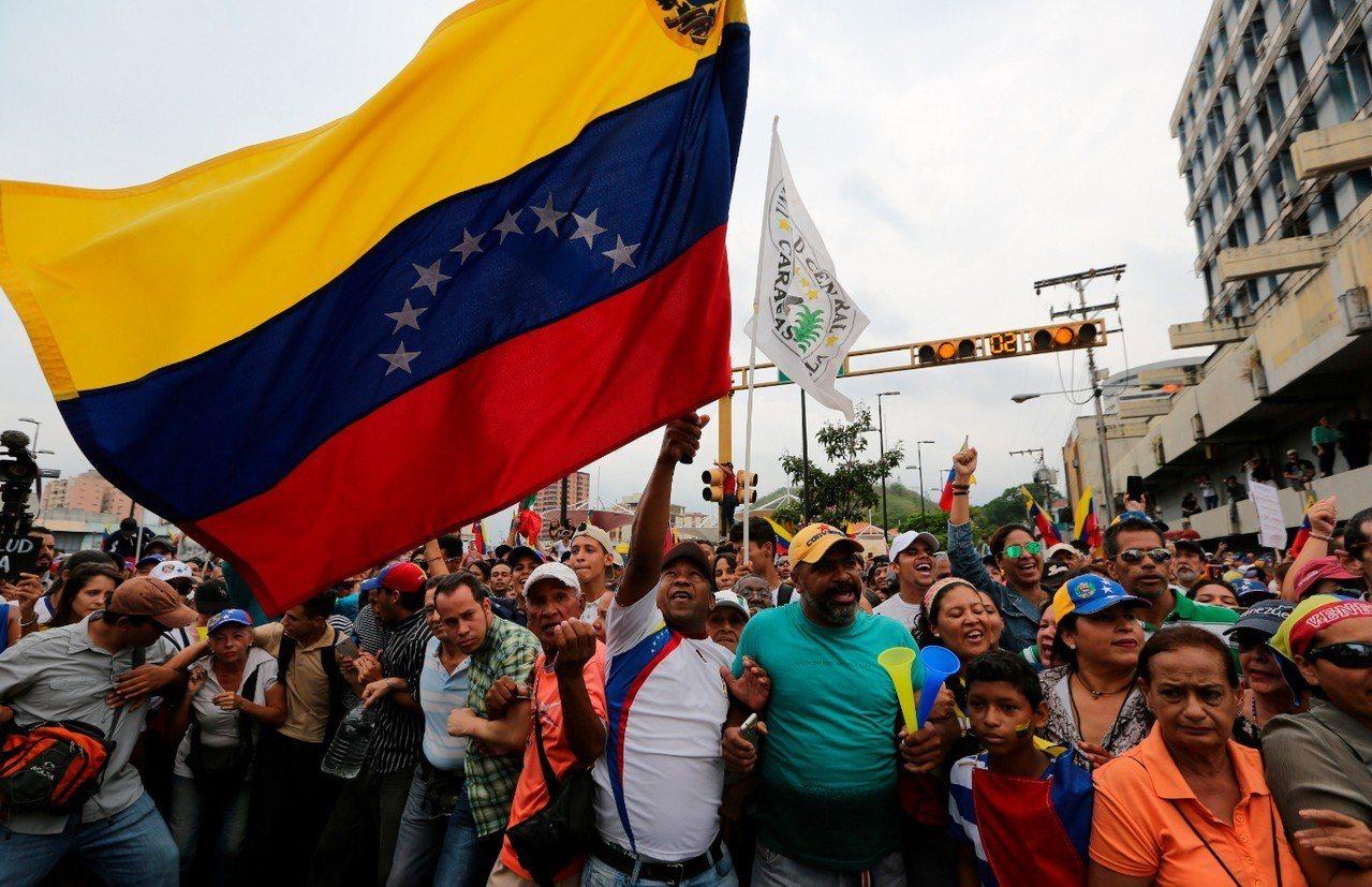 委內瑞拉反對派領導人瓜伊多(Juam Guaido)的支持者上街示威。 美聯社