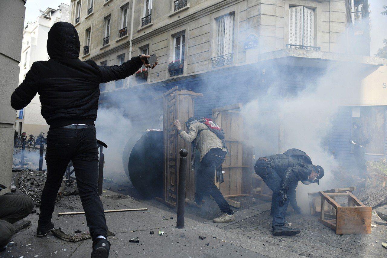 警察對抗議群眾使用催淚瓦斯。 歐新社