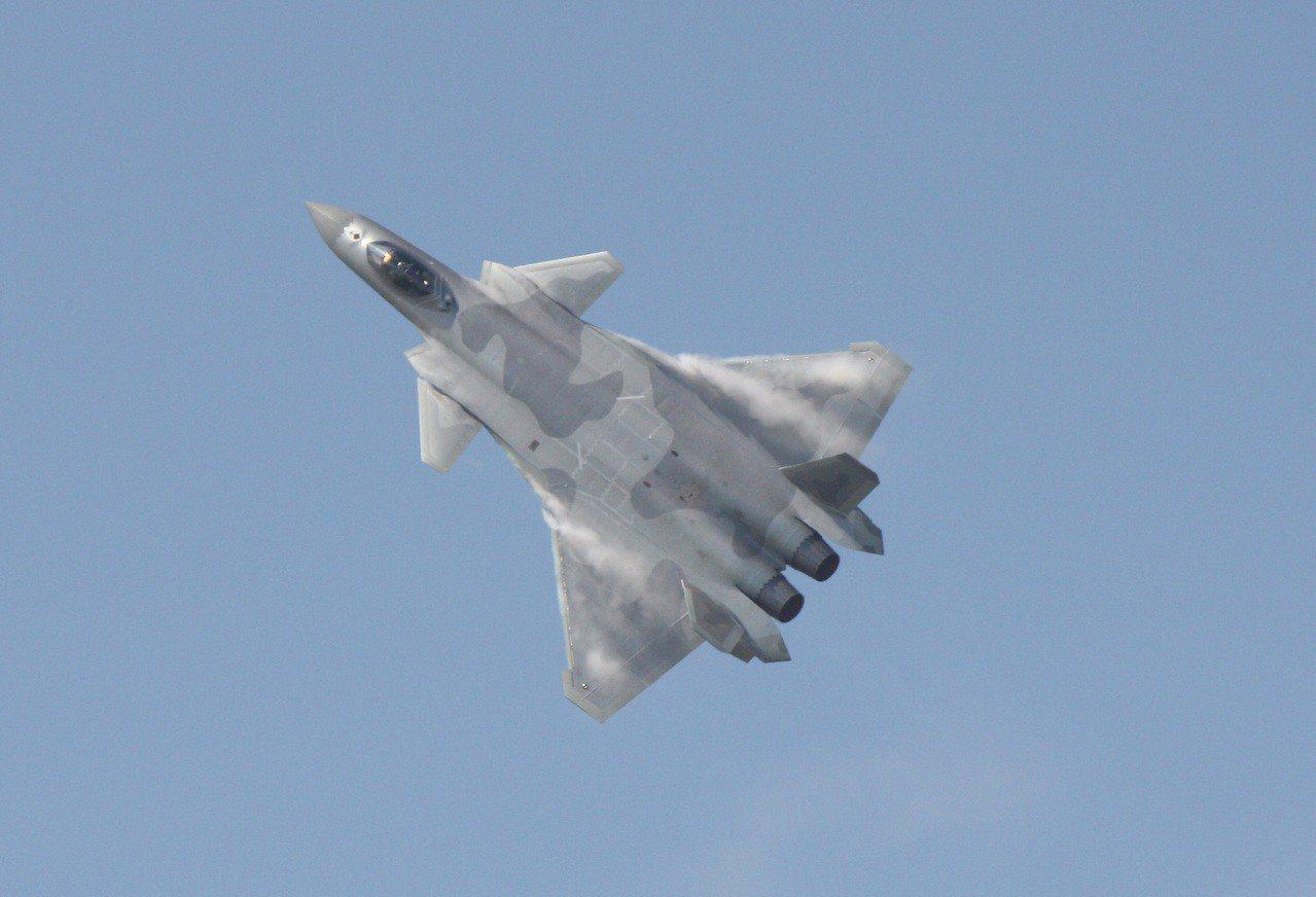 中國可能今年宣布第一種匿蹤戰機具作戰能力,且也在研發能攜帶核武的長程轟炸機,做為...
